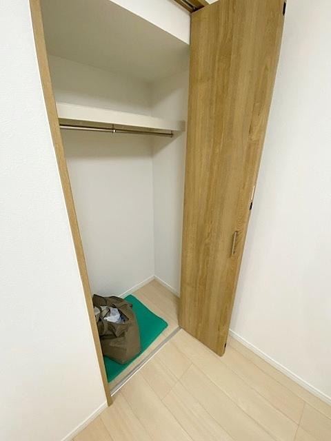キッチン横の洋室4.5帖の収納です。