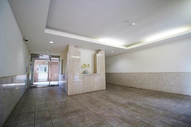 総戸数28戸。 お掃除の行き届いたエントランスホールです。