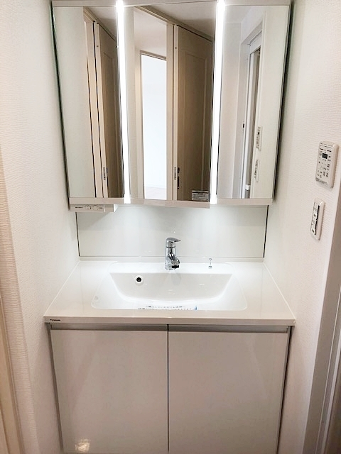 収納付き洗面化粧台。スッキリした洗面台周りになり、お掃除らくらくです。