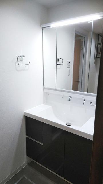 新規・シャワー機能付の洗面台交換。  朝の忙しい時間帯など重宝します。
