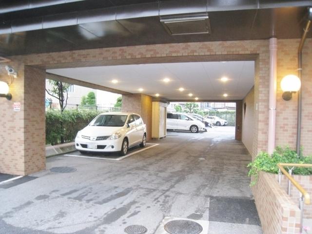 敷地内・駐車場(月額:10,000円~11,000円)完備です。