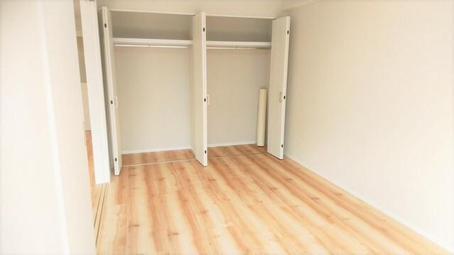 洋室 約6.8帖。 たっぷり収納スペースにより快適な居住空間です。