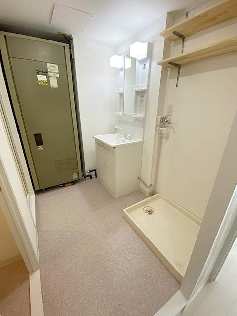 脱衣所(ランドリースペース)には、洗濯機を配置しても充分な広さを確保致しました。