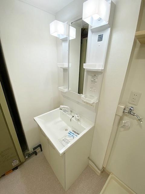 シャワー機能付の洗面台完備。 朝の忙しい時間帯など重宝します。