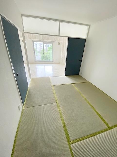 和室 約6帖。 リビングお隣には趣のある和室。 家事の合間の憩いのお部屋、客間としてもご利用頂けます。
