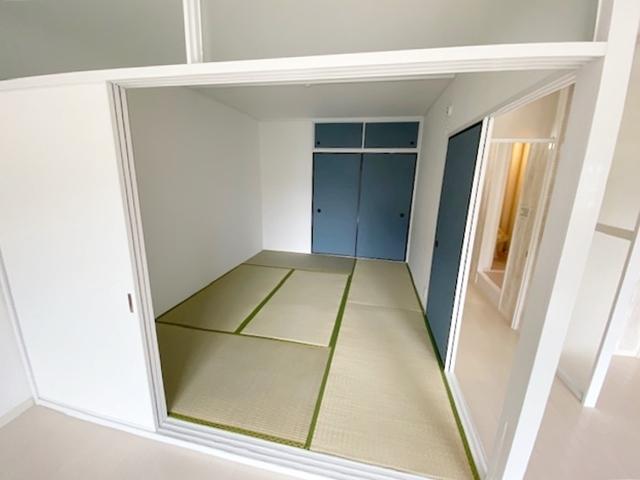 和室 約6帖。 「続き間の和室」は子育て世代にこそ適しています。お子様のお昼寝スペースや、洗濯物をたたむのに便利です。