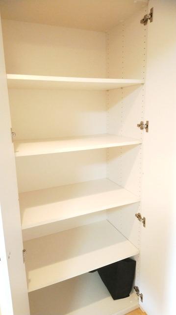 廊下収納。 お料理本や雑誌、お弁当箱や水筒の収納などなど。 工夫次第で様々な用途にご利用頂けます。