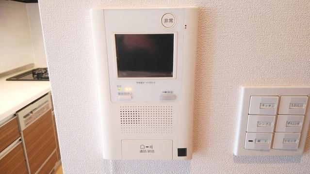 来客時も訪問者の顔が見える、安心のTVモニター付きインターホン。