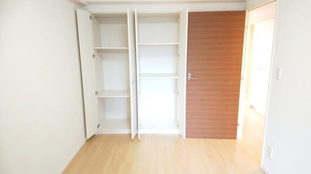 洋室約6帖。 充実の収納完備でスペースを有効にお使い頂けます。