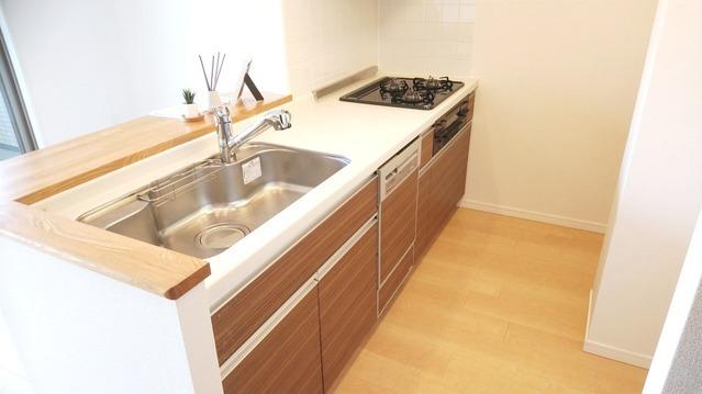 食洗機・浄水器完備。 対面式キッチンで、ご家族との会話も弾みます。