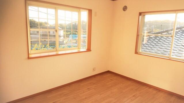 洋室写真です。2面採光でとても明るい洋室です。