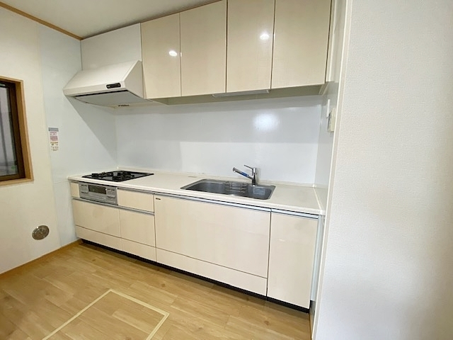 空間をスッキリと見せてくれるシンプルな扉割り。 使い易さ・機能性・お手入れ簡単でスタイリッシュな仕様です。