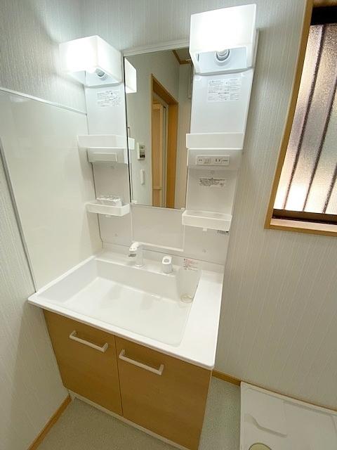三面鏡の裏には収納がございます。 家族の歯ブラシや、奥様の化粧水等を整理整頓。 スッキリした洗面台周りになり、お掃除らくらく。