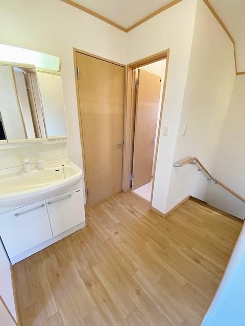 2階のホール部分は洗面がついております。 朝の身支度が家族と重なっても大丈夫そうですね。