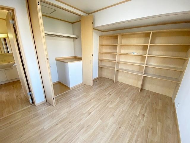 東側洋室の収納は大容量です。