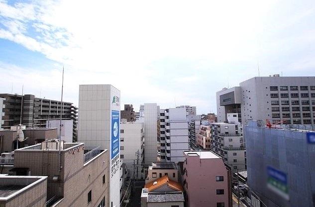 周辺は視界を遮る高い建物がなく、抜けた眺望により開放感が広がります。