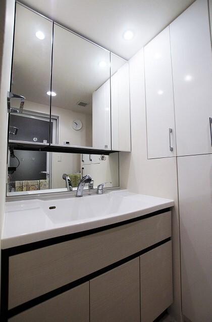 三面鏡の裏には収納付き。スッキリした洗面台周りになり、お掃除ラクラクです。