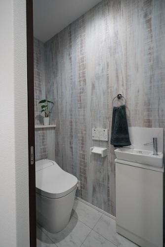 【タンクレストイレ施工例】タンクレスでスッキリとしており、毎日のお手入れもラクラクです♪