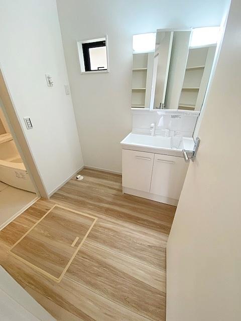 洗面スペースには床下収納付です。