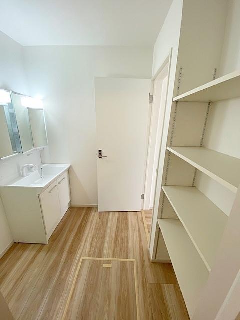 洗面スペースにはあると嬉しいタオル棚付です。