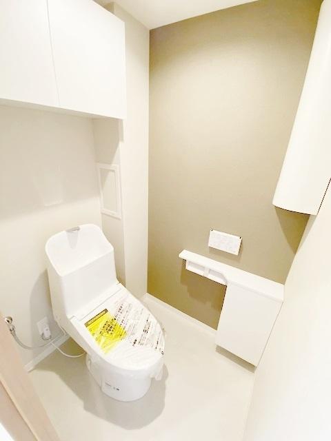 温水洗浄トイレ新規交換。 上部に嬉しい収納付き。 トイレットペーパーやお掃除用具、芳香剤入れとしてご利用下さい。