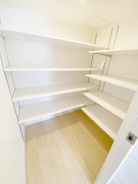 便利なパントリー収納新規設置。 工夫次第で様々な用途にご利用頂けます。