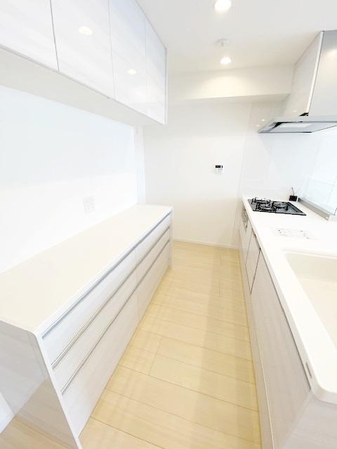 キッチンの引き出しや食器棚に+してパントリーがあれば、キッチンの上に無造作に置くこともなく、スッキリ整理整頓できます。