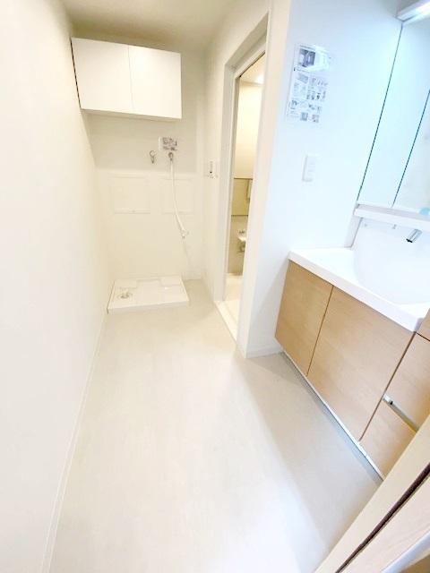 脱衣所には洗濯機を配置しても充分な広さを確保しました。