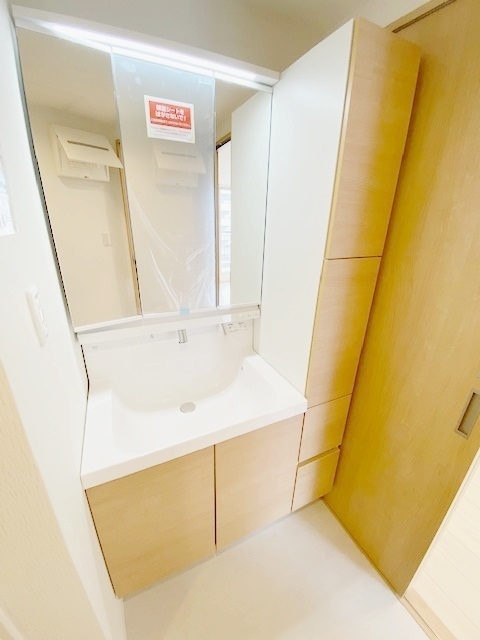 洗面化粧台(収納付き)新規交換。 スッキリした洗面台廻りになり、お掃除楽々です。