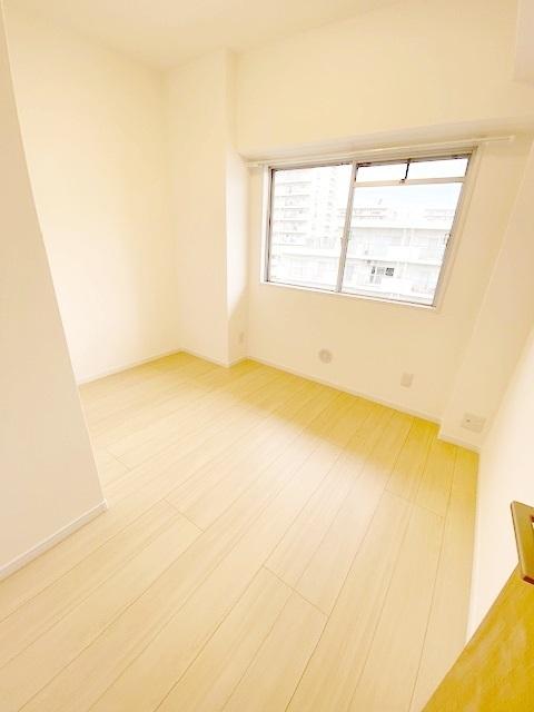 洋室 約4.5帖。 各居室に収納スペース付きです。