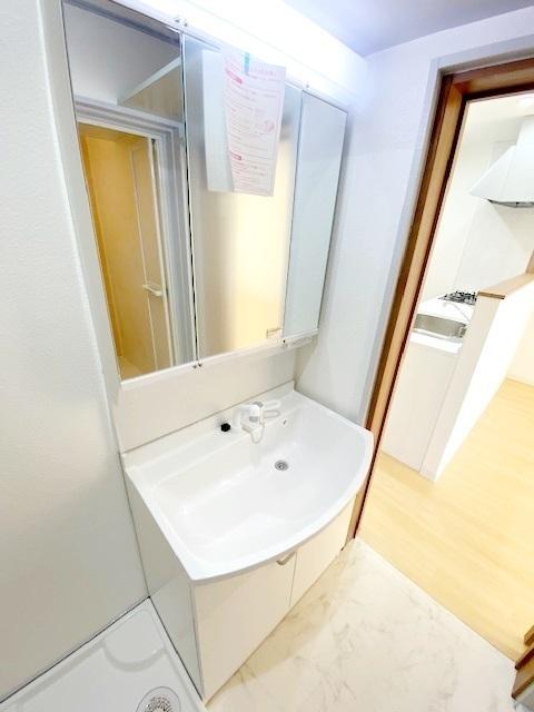 洗面化粧台新規交換。 シャワー機能付の洗面台は、朝の忙しい時間帯などにも重宝します。