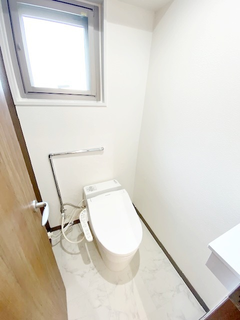 シャワートイレ新規交換。 スタイリッシュで省スペース。 省エネも魅力のタンクレストイレです。