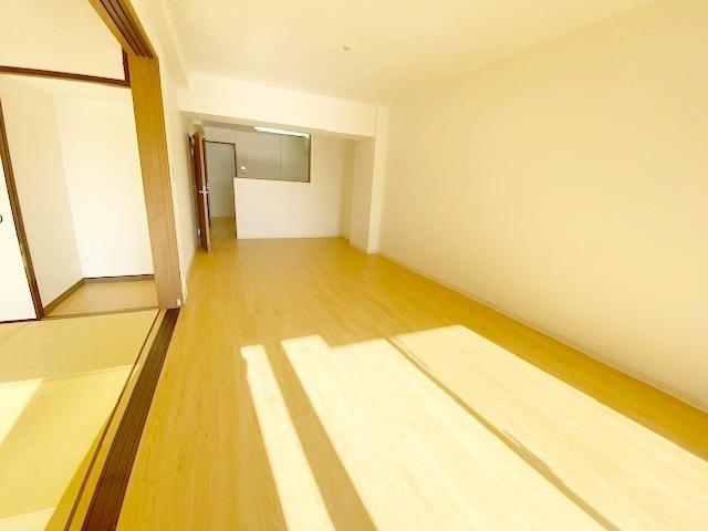 リビングお隣は6帖の和室がございます。 柔らかい畳は、子どものいるご家庭にぴったり。