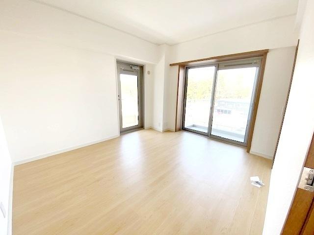 洋室 約6.6帖。 2面バルコニー付きの明るく爽やかなお部屋です。
