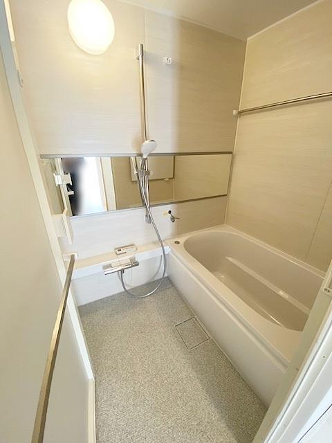 ユニットバス新規交換。浴室乾燥機完備で雨天続きのお洗濯物でも、ひと安心です。
