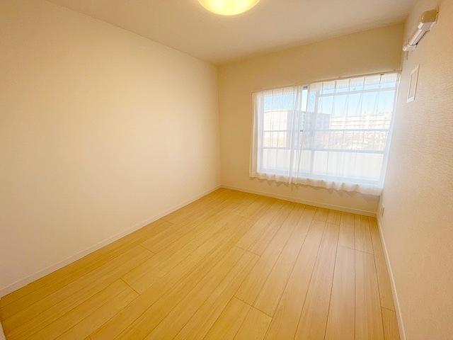 洋室 約5.2帖。 全居室に収納スペース付きですっきりと暮らせます。