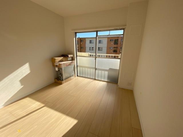 洋室 約5.0帖。 バルコニーに面した明るいお部屋です。