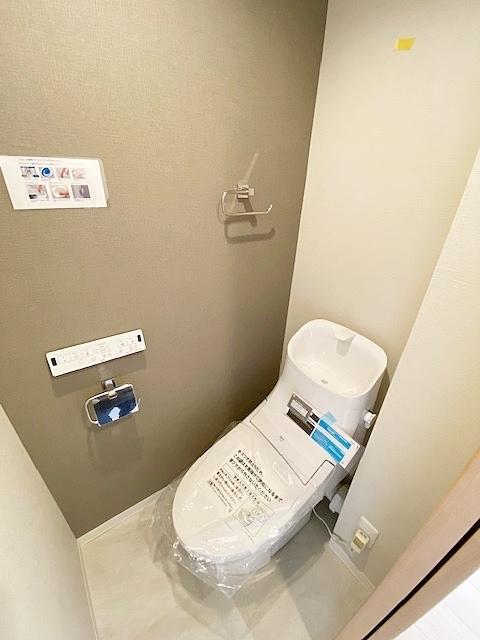 温水洗浄便トイレ新規交換。エコ・お手入れのアイディアがオールインワンの使い易く清潔感のある仕様です。