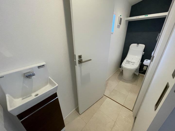 パナソニックバスルームFZ 浴室内ベンチ付で、半身浴や親子入浴もゆったり思いのまま。フチに腰掛けやすく、出入りもラクラク。