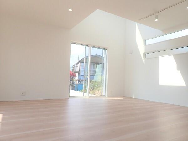 【内観施工例】窓を多く取り入れて太陽の光をたくさん取り込めるお家