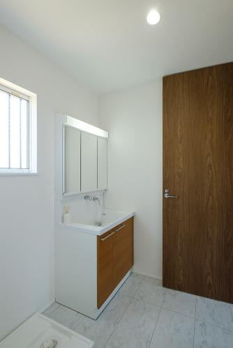 【洗面所施工例】朝の身支度も安心な三面鏡です。鏡の背面には収納完備でスッキリご利用頂けます