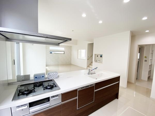 食洗機など便利な機能が揃ったキッチン。