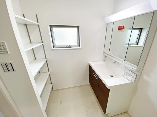 洗浄機能の付いた清潔感のあるトイレ。