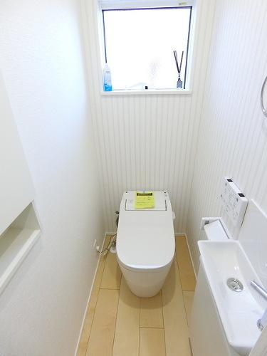 【内観施工例】1つはお掃除も簡単なタンクレスのトイレになります!