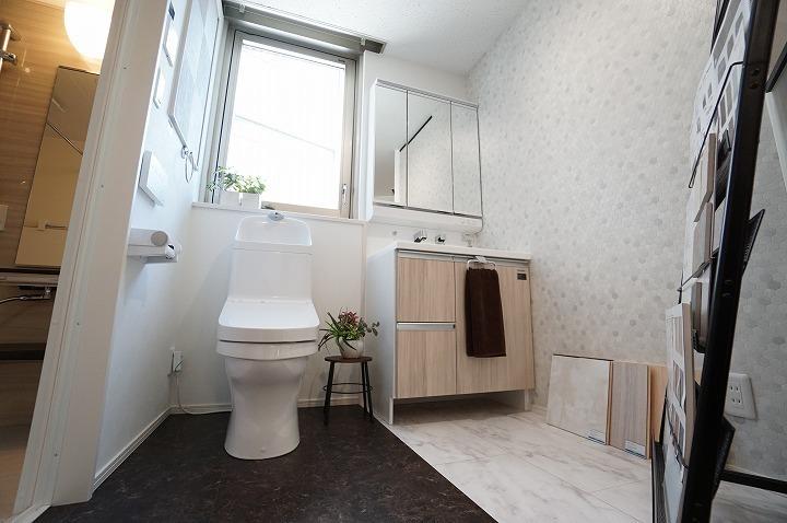 【シャワートイレ】新素材により、気になる便座裏の汚れもサッとひと拭き、つぎ;;目もないからお掃除ラクラク