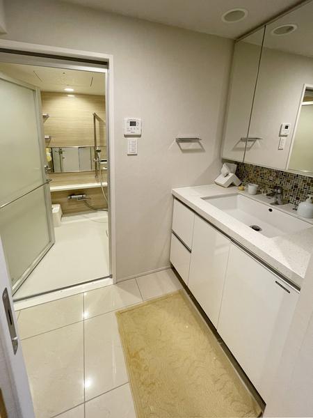 大きな鏡で作業がしやすい洗面台です。