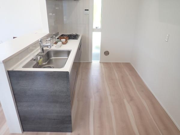 【内観施工例】キッチンはしっかりと広さを確保できているので大きな冷蔵庫もおけそうですね!