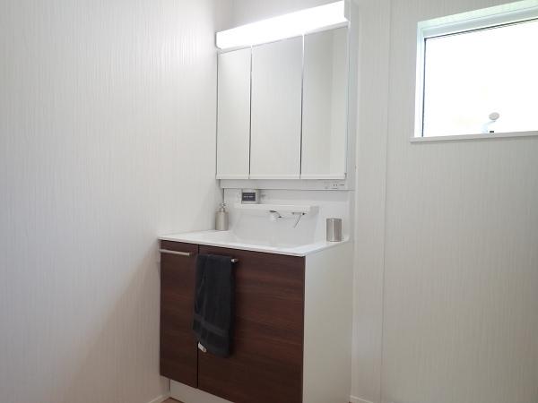 【内観施工例】白を基調とした洗練された洗面所で毎朝の身支度も楽しくなりそうですね♪