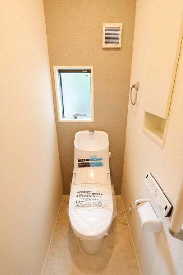 小窓付で清潔感溢れるトイレ