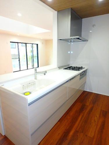 【内観施工例】 キッチン施工例です。 食器洗浄機や、リフトダウンウォールなど嬉しい機能がついています。 キッチンスペースも広く、調理がしやすいです。